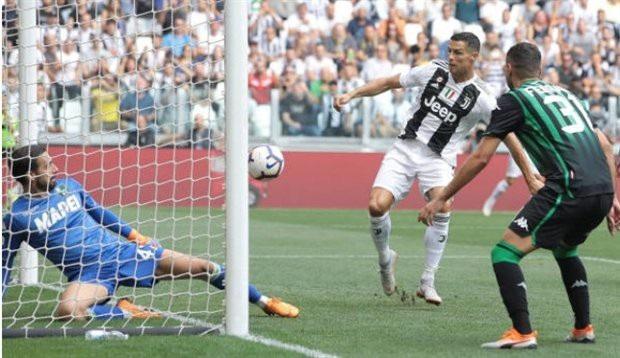 Khoảnh khắc C.Ronaldo đệm bóng tung lưới Sassuolo mở tỷ số trận đấu