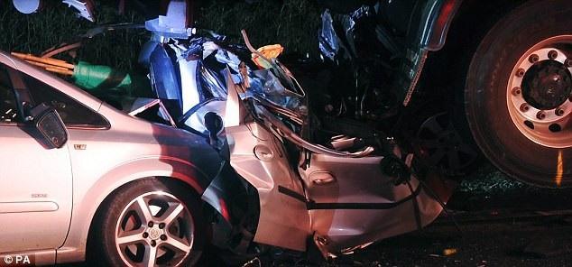 Chiếc xe của Tracy bị nghiền nát sau vụ tai nạn