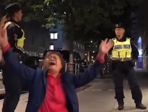 Một trong 3 vị khách gào khóc trước mặt cảnh sát