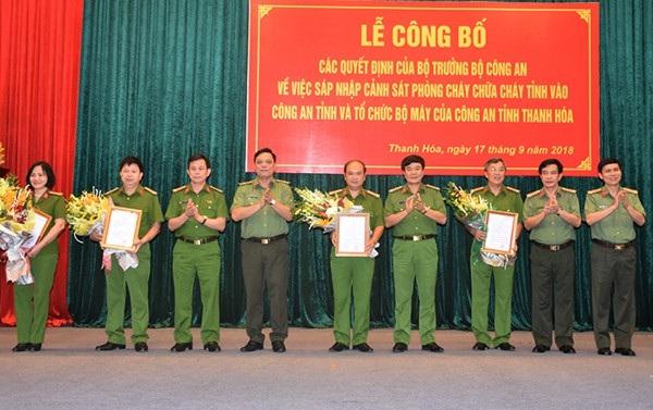 Thiếu tướng Nguyễn Hải Trung - Giám đốc Công an tỉnh Thanh Hóa trao Quyết định và tặng hoa chúc mừng các đồng chí Phó Giám đốc.