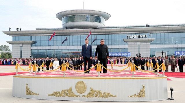 Đây không phải là lần đầu tiên ông Kim thẳng thắn nói về thực trạng kinh tế và cơ sở hạ tầng Triều Tiên. Hồi tháng 4, trong cuộc gặp thượng đỉnh lần đầu, ông Kim nói với ông Moon rằng ông muốn mời ông Moon tới Triều Tiên nhưng lo ngại hệ thống giao thông vận tải còn nhiều thiếu sót. Ông Kim cũng cho biết ông nghe được từ 1 du khách rằng hệ thống tàu cao tốc của Hàn Quốc rất tốt. Trong ảnh: Ông Kim đích thân ra sân bay đón ông Moon vào sáng 18/9.