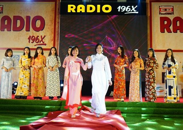 Đây là sự tiếp nối văn hóa của những thế hệ cách nhau nửa thế kỷ nhưng chung tình yêu với tà áo dài mang hồn cốt của người phụ nữ Việt Nam dịu dàng, đằm thắm.