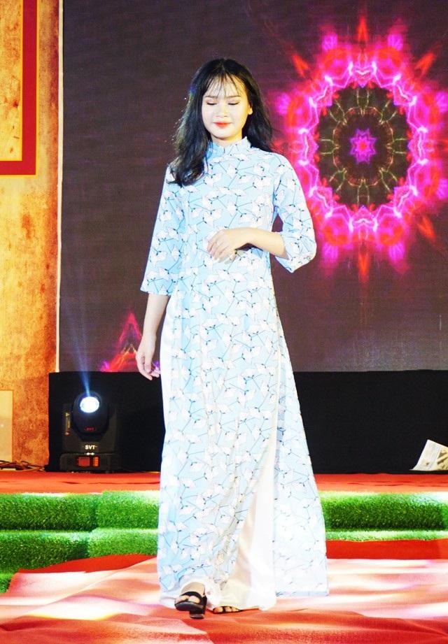 Nét duyên dáng, dịu dàng của nữ sinh Trường quốc học Vinh trong bộ áo dài tân thời với thiết kế tay lỡ, phần chiết eo không quá bó sát.