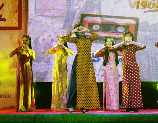 Những nữ sinh Trường THPT Huỳnh Thúc Kháng (còn được biết đến với cái tên Trường Quốc học Vinh - ngôi trường có bề dày gần 100 năm) xuất hiện trong tà áo dài nhưng không kém phần năng động, trẻ trung ở đầu chương trình.
