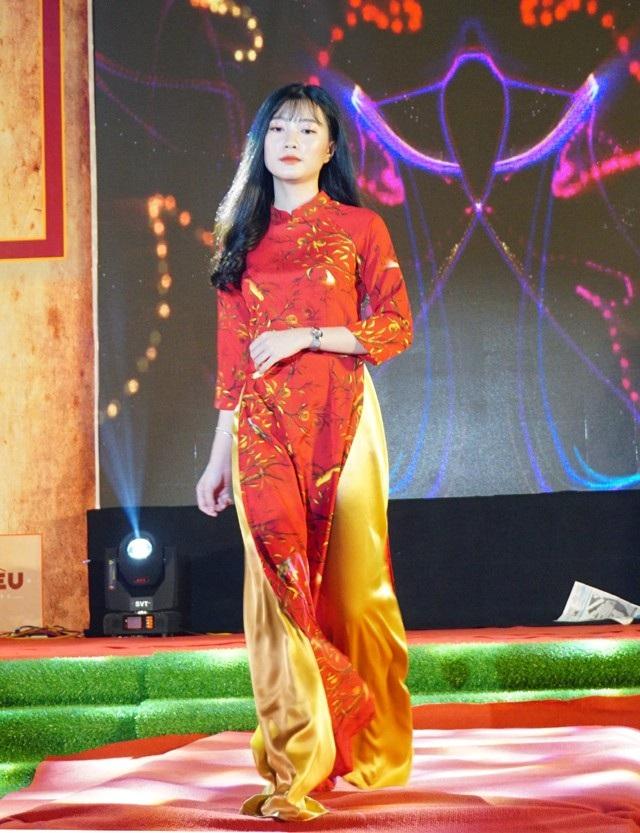 Trình diễn áo dài là một điểm nhấn đặc biệt trong chương trình Radio 196x do học sinh Trường THPT Huỳnh Thúc Kháng tổ chức để mừng năm học mới, chào đón các em lớp 10 nhập trường.