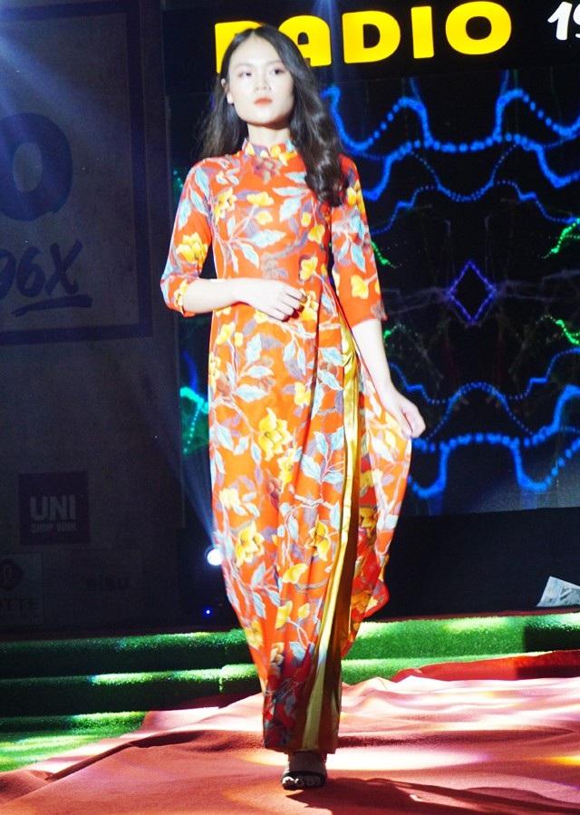 Mặc dù không phải là người mẫu chuyên nghiệp, thời gian luyện tập không dài nhưng với những bước đi uyển chuyển và thần thái tự tin, các nữ sinh đã làm nổi bật thêm vẻ đẹp của tà áo dài Việt Nam.