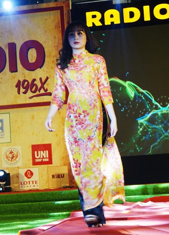 Những sải bước không kém phần chuyên nghiệp như các người mẫu của một nữ sinh Trường Huỳnh Thúc Kháng khi trình diễn áo dài.