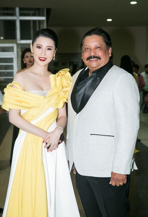 Á hậu Thái Như Ngọc đến dự đêm chung kết Hoa hậu Việt Nam cùng đạo diễn kiêm diễn viên, nhà sản xuất phim Ramani Raja.