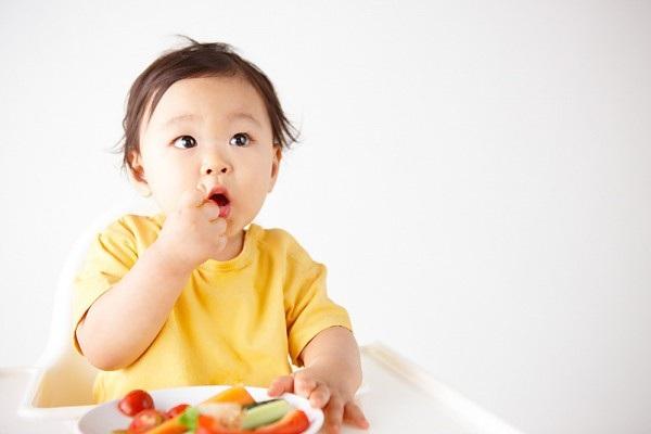 """Chính vì thế, các bậc cha mẹ thường nói, bụng khỏe bé ăn ngon để chỉ sự cân bằng hệ vi sinh đường ruột của trẻ. Lúc này, hệ tiêu hóa nói chung và đường ruột của bé sẽ hoạt động """"trơn tru"""", thải trừ chất độc hại và hấp thu chất dinh dưỡng tốt hơn, bé sẽ hứng thú với thức ăn hơn khi bụng khoẻ."""