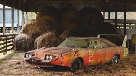 """Chiếc xe cổ Dodge Charger Daytona đời 1969 bị """"chôn vùi"""" trong kho thóc suốt hàng chục năm"""