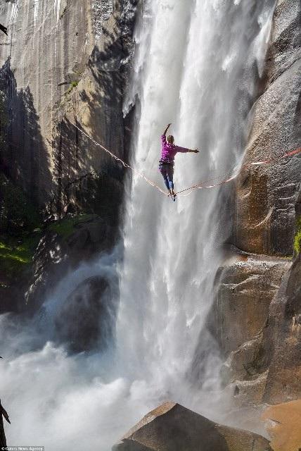 Hết hồn nhìn nghệ sĩ yoga biểu diễn trên dây vắt ngang thác nước - 2