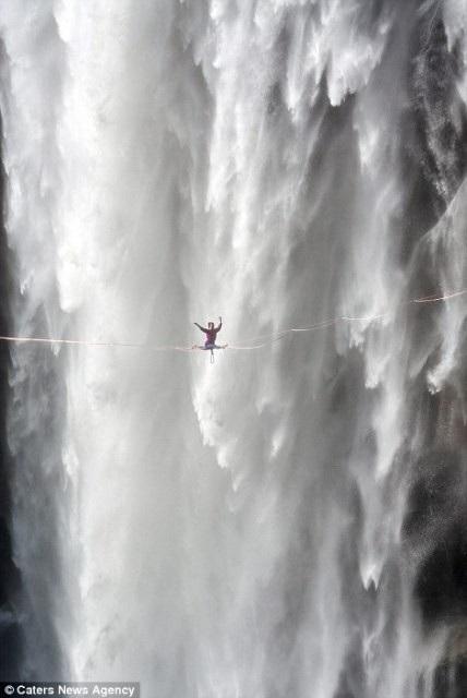 Hết hồn nhìn nghệ sĩ yoga biểu diễn trên dây vắt ngang thác nước - 4