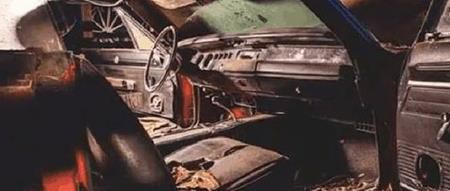 Bề ngoài xe chỉ bị tróc sơn, nhưng nội thất bên trong lại bị rỉ sét nghiêm trọng