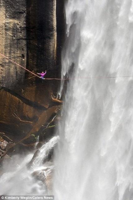 Hết hồn nhìn nghệ sĩ yoga biểu diễn trên dây vắt ngang thác nước - 6