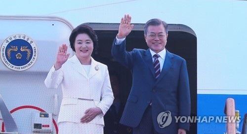 Tổng thống Hàn Quốc Moon Jae-in và phu nhân Kim Jung-soo lên đường tới Triều Tiên (Ảnh: Yonhap)