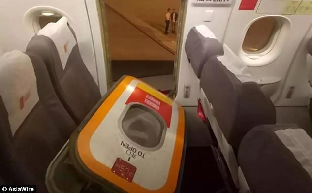 Du khách Trung Quốc tự ý mở cửa thoát hiểm khi máy bay vừa hạ cánh vì thấy ngột ngạt
