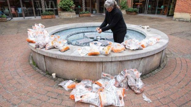 Nữ nghệ sỹ đặt đống tiền xu trong đài phun nước và chờ đợi sự phản ứng của mọi người