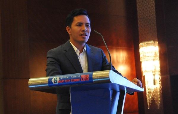 Ông Phạm Quang Đệ - Phó giám đốc LienVietPostBank cho rằng giao dịch trực tuyến là tiền đề để phát triển thành phố thông minh, không phụ thuộc tiền mặt.