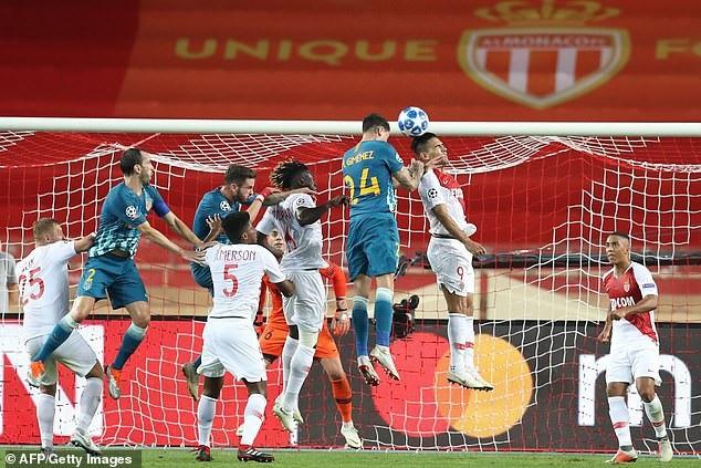 Tình huống đánh đầu ghi bàn của trung vệ người Uruguay