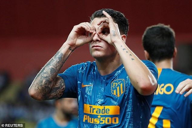 Gimenez ăn mừng bàn thắng ấn định chiến thắng 2-1 cho Atletico ở cuối hiệp 1