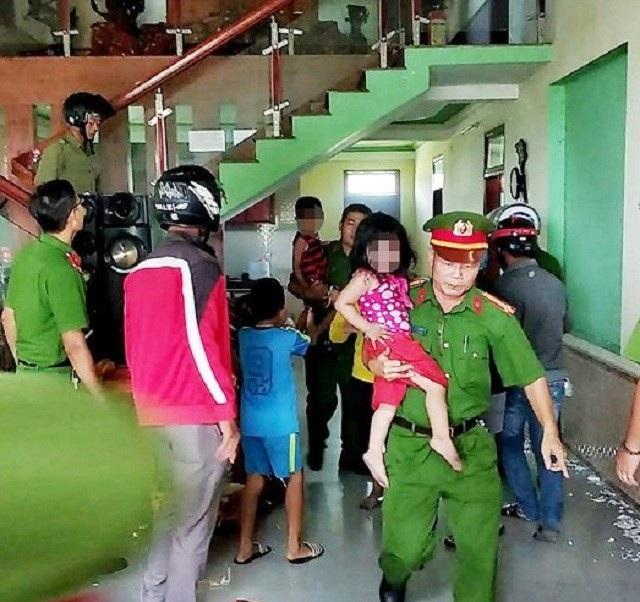 Lực lượng công an giải cứu 3 cháu nhỏ ra ngoài