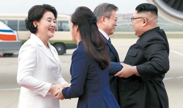 Vào sáng 18/9, bà Kim Jung-sook đã đi cùng nhà lãnh đạo Kim Jong-un tới sân bay đón bà Kim Jung-sook. Bà Ri tiến tới siết chặt tay bà Kim, cúi đầu chào hỏi như một nghi thức thể hiện sự tôn trọng lẫn nhau giữa hai đệ nhất phu nhân.