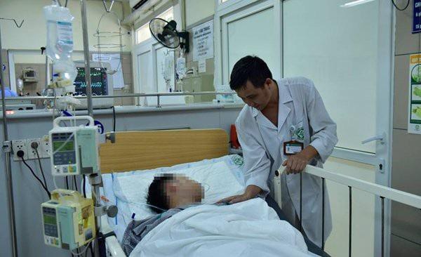 Một nam bệnh nhân dương tính với ma túy tại lễ hội âm nhạc đang điều trị tại BV Bạch Mai. Ảnh: Phạm Hùng