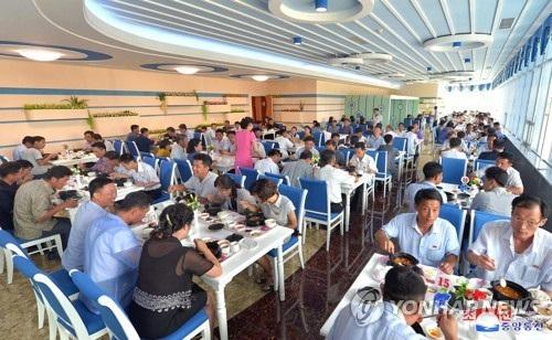 Các thực khách dùng bữa tại nhà hàng hải sản Taedonggang ở thủ đô Bình Nhưỡng. (Ảnh: Yonhap)