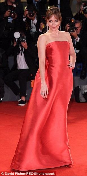 Dakota Johnson là tâm điểm thu hút sự chú ý khi ra mắt phim mới Suspiria tại LHP Venice ngày 1/9 vừa qua