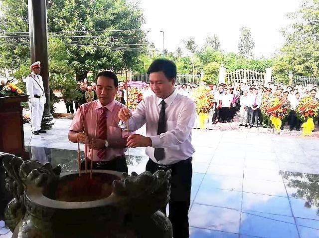 Dâng hương lên Chủ tịch Hồ Chí Minh.
