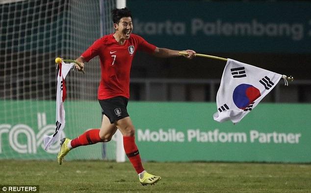 Son Heung Min ăn mừng tấm huy chương vàng Asiad 2018