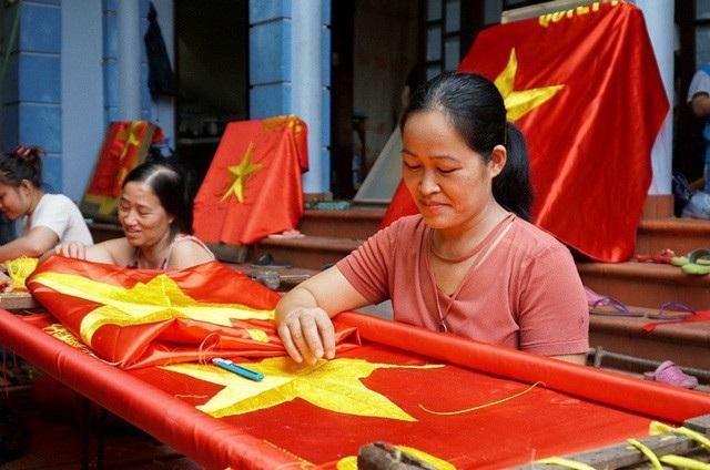 Bàn tay tài hoa của những người thợ thủ công thêu cờ đỏ sao vàng ở làng Từ Vân (xã Lê Lợi, Thường Tín, Hà Nội) đã làm ra hàng trăm nghìn lá cờ những năm qua