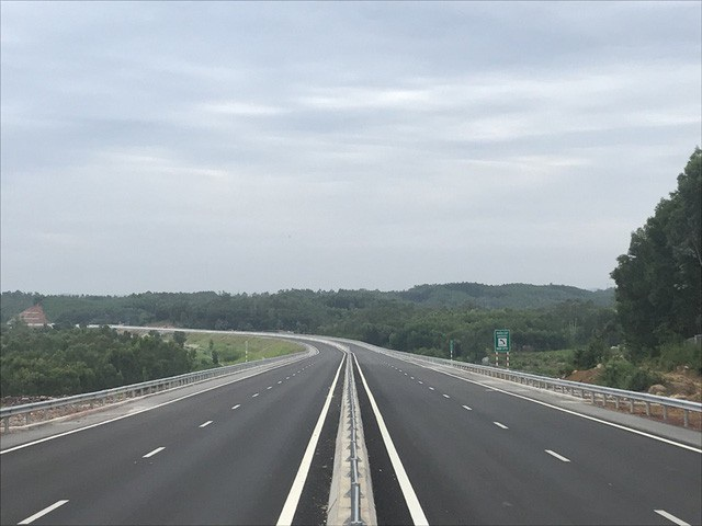 """Với chiều dài gần 140km, cho phép xe chạy tối đa 120km/h, cao tốc Đà Nẵng - Quảng Ngãi được kỳ vọng là """"con đường tạo cơ hội"""" cho các tỉnh Trung Trung Bộ phát triển đột phá, thông xe vào ngày Quốc khánh 2/9."""