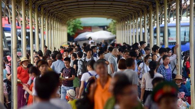 Chiều 31/8, các bến xe như Giáp Bát, Mỹ Đình, Nước Ngầm... (Hà Nội) chật kín người dân đổ về quê để nghỉ lễ 2/9. Cùng thời điểm, tại đầu cầu TPHCM, rất đông người dân cũng bắt đầu rời Sài Gòn về quê hoặc đi nghỉ lễ. Lượng khách tập trung về bến xe quá lớn khiến giao thông một số tuyến đường bị ùn ứ. (Ảnh: Toàn Vũ)
