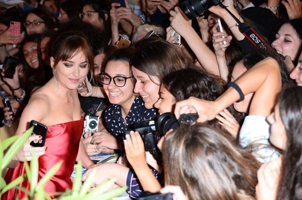 Dakota Johnson nổi tiếng từ sau thành công của phim 50 sắc thái và hiện tại cô rất đắt show tại Hollywood
