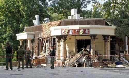 Hiện trường vụ nổ khiến ông Alexander Zakharchenko thiệt mạng ở Donetsk hôm 31-8 Ảnh: REUTERS