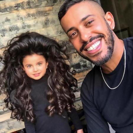 Mia chụp cùng nhà tạo mẫu tóc Sagi