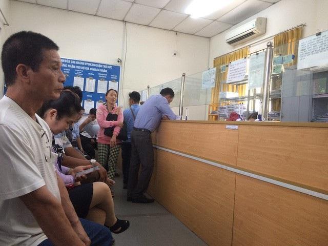 Người dân đến làm thủ tục tại Chi nhánh Văn phòng đăng ký đất đai quận Thủ Đức