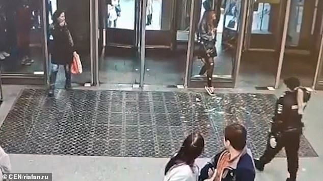 Cô gái mải nhìn điện thoại tới mức đâm sầm vào cửa kính chắn lối khiến phần cửa vỡ vụn