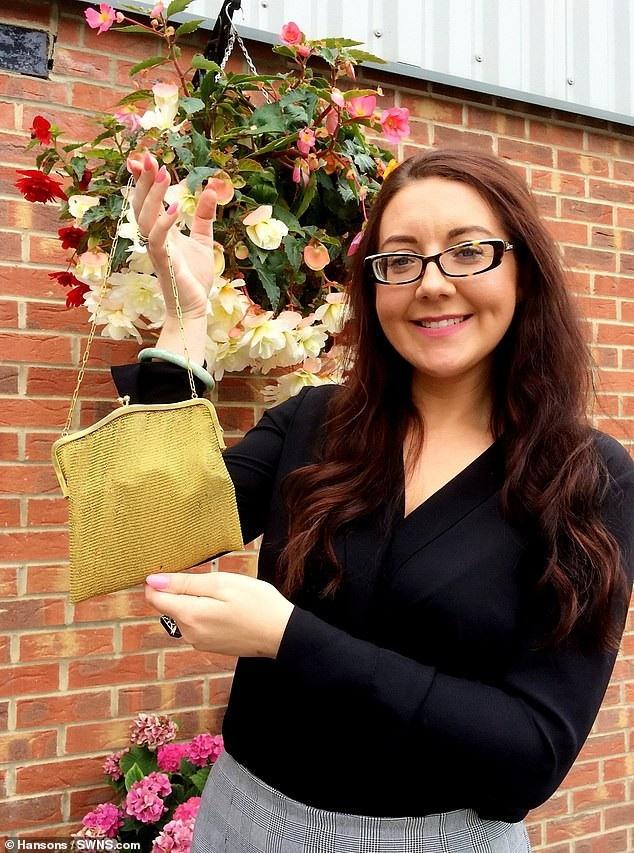 Cô Jane Williams, nhân viên của nhà đấu giá Hansons, đã giúp bà Linda xác định giá trị của chiếc túi. Chiếc túi sẽ được nhà đấu giá đem ra rao bán vào tháng tới theo nguyện vọng của chị em bà Linda.
