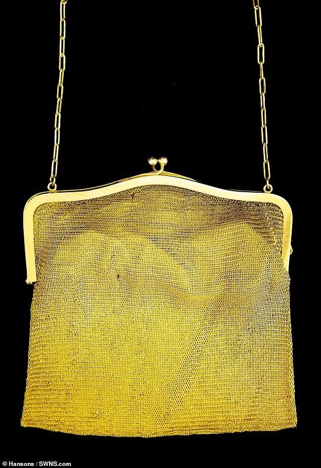 Cho tới bây giờ, chiếc túi đã không còn đẹp đẽ như thuở ban đầu nhưng chất liệu chế tác đủ khiến nó vẫn giữ được giá trị.