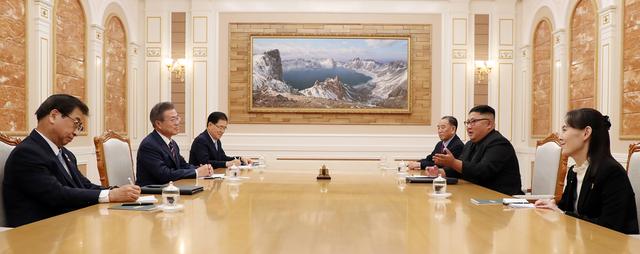 Trong phiên làm việc đầu tiên giữa 2 nhà lãnh đạo, bà Kim cũng ngồi sát cạnh anh trai. Sự xuất hiện của bà cho thấy ông Kim Jong-un thực sự tin cậy và coi em gái là một trợ lý thân cận.