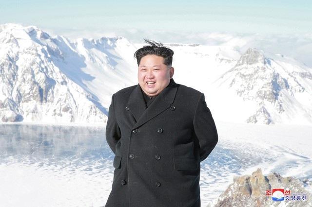 Nhà lãnh đạo Triều Tiên tham quan núi thiêng Paektu hồi tháng 12 năm ngoái (Ảnh: Reuters)