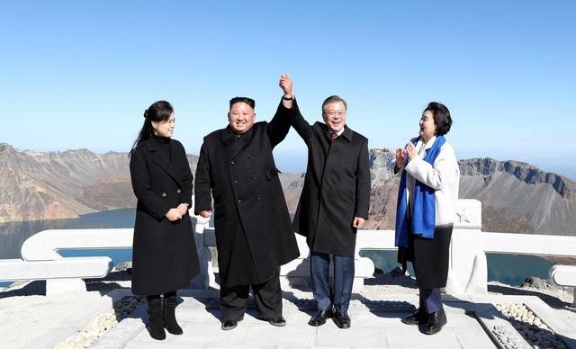 Ông Kim Jong-un hiện thực hóa mơ ước leo núi thiêng của Tổng thống Hàn Quốc ngày 20/9 (Ảnh: Reuters)
