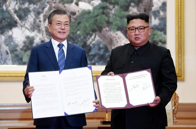 Nhà lãnh đạo Triều Tiên Kim Jong-un và Tổng thống Hàn Quốc Moon Jae-in thông qua thỏa thuận Hòa bình Bình Nhưỡng. (Ảnh: Reuters)