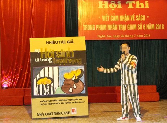 Phạm nhân Ngô Trí Giang thuyết trình bài cảm nhận của mình về cuốn sách Sự hồi sinh từ trong tuyệt vọng.