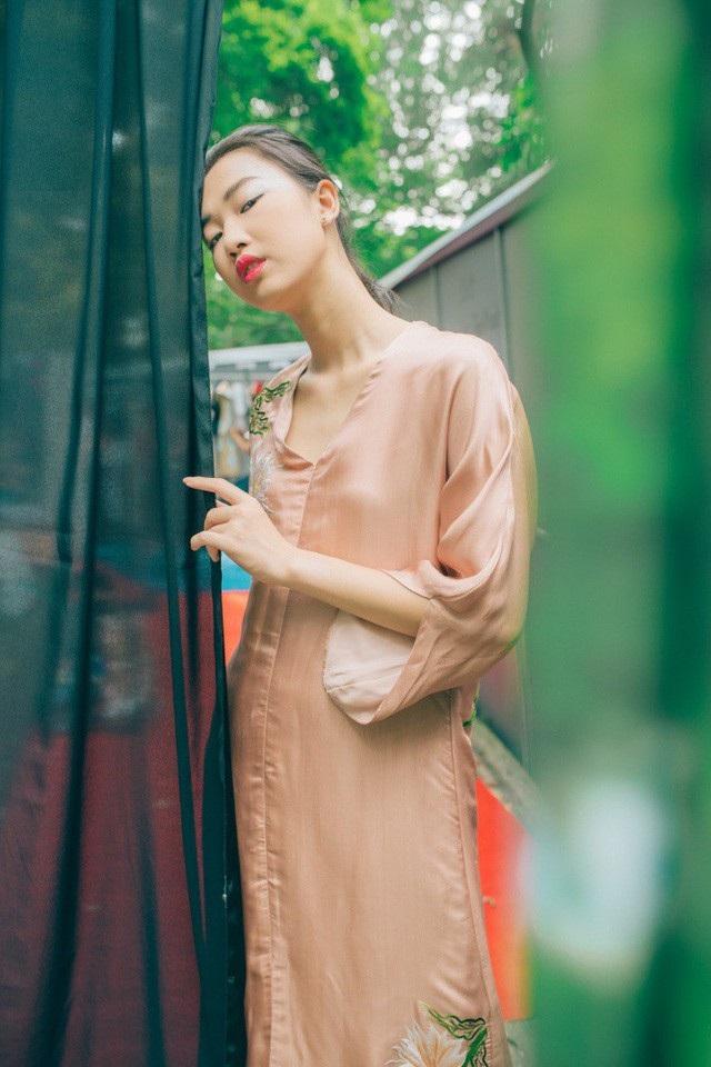 """NTK Thanh Thuý """"thêu"""" váy áo bằng kí ức chong đèn dầu sợ hoa quỳnh… xấu hổ - 16"""