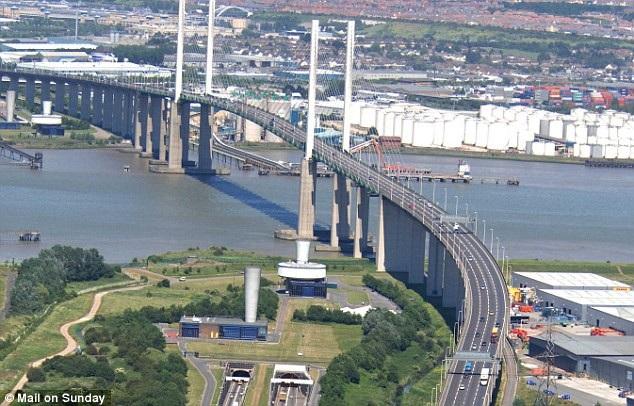 Cầu QE2 Dartford là dự án PPP đầu tiên tại Anh. Ảnh: www.dailymail.co.uk