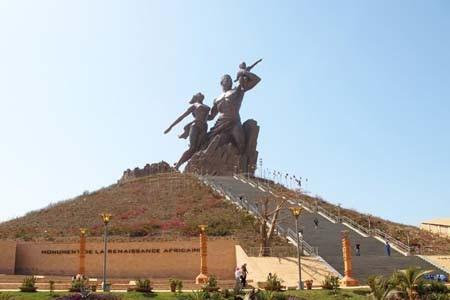 Tượng đài Phục hưng Châu Phi của Senegal (Ảnh: Bloomberg)