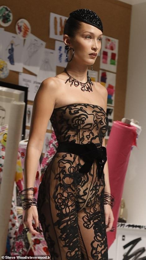 Bella Hadid tự tin trình diễn